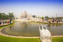 CHIANGRAI,泰国- 4月12 :未认出的旅客参观Wat 库存照片