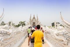 CHIANGRAI,泰国- 4月12 :未认出的旅客参观Wat 免版税库存图片