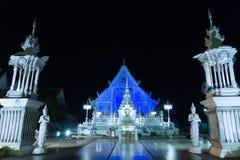 Chiangrai świątynia przy nocą z błękita światłem obraca dalej obraz royalty free