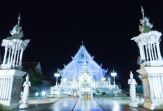 Chiangrai świątynia przy nocą z błękita światłem obraca dalej obrazy stock