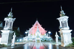 chiangrai świątynia przy nocą z czerwonym światłem obraz stock