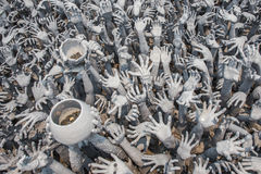 CHIANGRAI, ΤΑΪΛΑΝΔΗ - 12 ΑΠΡΙΛΊΟΥ: Άγαλμα χεριών από την κόλαση σε Wat Ro Στοκ εικόνες με δικαίωμα ελεύθερης χρήσης