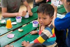 CHIANGRAI, ΤΑΪΛΑΝΔΗ - 12 Αυγούστου 2016: Μη αναγνωρισμένοι ορφανοί παιδιών στο σπίτι της Nana απαγόρευσης Το ορφανοτροφείο της Na Στοκ Φωτογραφίες