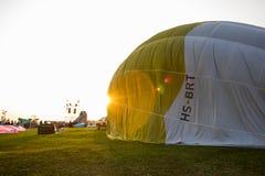 CHIANGRAI, TAILÂNDIA - 15 DE FEVEREIRO DE 2017: Balões de ar quente prontos Fotos de Stock Royalty Free