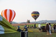 CHIANGRAI, TAILÂNDIA - 15 DE FEVEREIRO DE 2017: Balões de ar quente prontos Imagem de Stock
