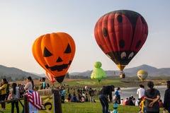 CHIANGRAI, TAILÂNDIA - 15 DE FEVEREIRO DE 2017: Balões de ar quente prontos Fotos de Stock
