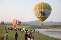 CHIANGRAI, TAILÂNDIA - 15 DE FEVEREIRO DE 2017: Balões de ar quente prontos Foto de Stock Royalty Free