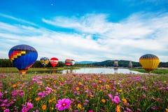 CHIANGRAI, TAILÂNDIA - 30 de novembro de 2017: Balões de ar quente prontos Foto de Stock