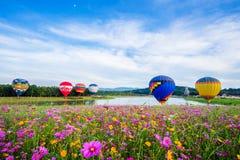CHIANGRAI, TAILÂNDIA - 30 de novembro de 2017: Balões de ar quente prontos Fotos de Stock