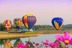 CHIANGRAI, TAILÂNDIA - 2 de novembro de 2016: Balões de ar quente prontos Fotografia de Stock Royalty Free
