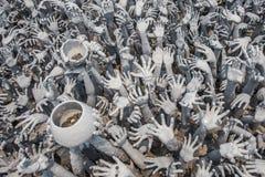 CHIANGRAI, TAILANDIA - 12 DE ABRIL: Estatua de las manos del infierno en Wat Ro Imágenes de archivo libres de regalías