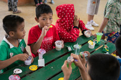 CHIANGRAI, TAILANDIA - 12 de agosto de 2016: Huérfanos no identificados del niño en la casa de Nana de la prohibición El orfelina Fotos de archivo