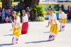 CHIANGRAI - TAJLANDIA LISTOPAD 21: Niezidentyfikowany Tai Lue kobiet eth Obrazy Royalty Free