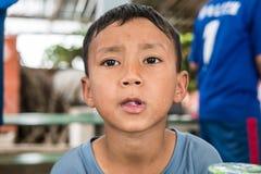 CHIANGRAI THAILAND - Augusti 12, 2016: Oidentifierade barnföräldralöers i det förbudnana huset Det förbudnana barnhemmet tar omso Arkivbilder