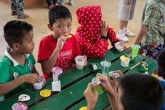 CHIANGRAI THAILAND - Augusti 12, 2016: Oidentifierade barnföräldralöers i det förbudnana huset Det förbudnana barnhemmet tar omso Arkivfoton