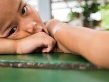 CHIANGRAI THAILAND - Augusti 12, 2016: Oidentifierade barnföräldralöers i det förbudnana huset Det förbudnana barnhemmet tar omso Royaltyfria Foton