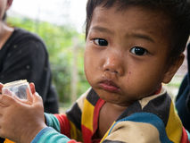 CHIANGRAI THAILAND - Augusti 12, 2016: Oidentifierade barnföräldralöers i det förbudnana huset Det förbudnana barnhemmet tar omso royaltyfri bild