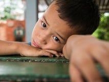 CHIANGRAI THAILAND - Augusti 12, 2016: Oidentifierade barnföräldralöers i det förbudnana huset Det förbudnana barnhemmet tar omso royaltyfria bilder