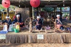 CHIANGRAI - THAILAND AM 7. DEZEMBER: Nicht identifiziertes Tai Lue-Show weavin Stockfoto