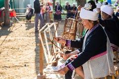 CHIANGRAI - THAILAND AM 7. DEZEMBER: Nicht identifiziertes Tai Lue-Show weavin Lizenzfreies Stockfoto