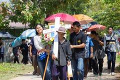 CHIANGRAI, THAILAND - FEBRUARI 24: niet geïdentificeerde menigtemensen wal Royalty-vrije Stock Afbeelding