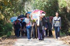 CHIANGRAI, THAILAND - FEBRUARI 24: niet geïdentificeerde menigtemensen wal Royalty-vrije Stock Foto