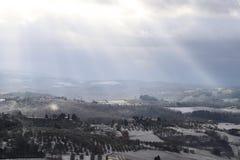 Chiantilandskapet i de Tuscan kullarna efter ett vintersnöfall, Italien royaltyfria foton