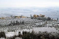 Chiantilandskapet i de Tuscan kullarna efter ett vintersnöfall, Italien arkivfoto