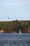 chiappa在航行游艇附近的la灯塔 库存照片