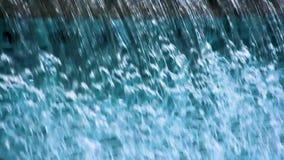 Chiara acqua blu che scorre giù le strutture