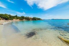 Chiara acqua in Costa Smeralda fotografie stock libere da diritti