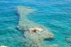 Chiara acqua del turchese del mar Mediterraneo fotografia stock libera da diritti