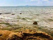 Chiara acqua di mare di Pattaya con Koh Larn e cielo blu nel fondo Fotografia Stock