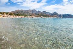Chiara acqua sul mare ionico vicino a Giardini Naxos fotografia stock libera da diritti