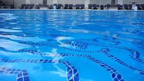 Chiara acqua in una piscina all'aperto nel club archivi video