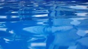 Chiara acqua in una piscina all'aperto nel club video d archivio
