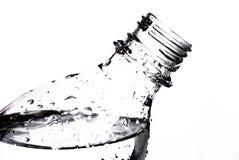Chiara bottiglia dell'ANIMALE DOMESTICO riempita di acqua Immagine Stock Libera da Diritti