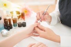 Chiara cuticola del manicure dallo strumento del dispositivo di rimozione Immagine Stock