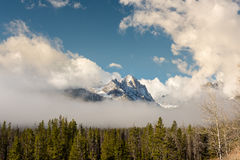 Chiara nebbia intorno ad un picco di alta montagna Fotografia Stock Libera da Diritti