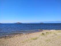 Chiara spiaggia del cielo blu immagini stock