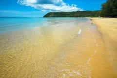 Chiara spiaggia meravigliosa dell'acqua Immagine Stock