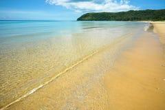 Chiara spiaggia stupefacente dell'acqua Immagine Stock Libera da Diritti