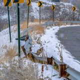 Chiara strada di Snowy del quadrato con dei segnali stradali l'inverno direzionale dentro immagine stock