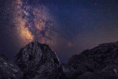 Chiaramente galassia della Via Lattea allo spazio scuro di notte Immagini Stock Libere da Diritti