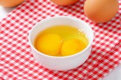 Chiare dell'uovo e tuorli in ciotola Fotografia Stock Libera da Diritti