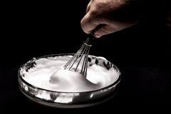 Chiare dell'uovo montate per crema sulla tavola di legno, vista superiore immagine stock