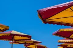 Chiari cielo ed ombrelli blu-chiaro Fotografia Stock