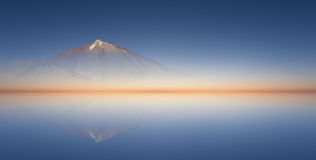 Chiari colori/fondo del cielo blu, della montagna e di tramonto immagini stock libere da diritti