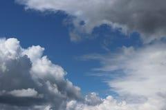 Chiaro cielo blu con il cumulo ed i cirri Tempo soleggiato con le nuvole scure Umore allegro Ad alta pressione Ecologia dell'aria Fotografia Stock Libera da Diritti