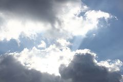 Chiaro cielo blu con il cumulo ed i cirri tempo soleggiato Umore allegro Ad alta pressione Ecologia dell'aria pulita Acqua in un  fotografia stock